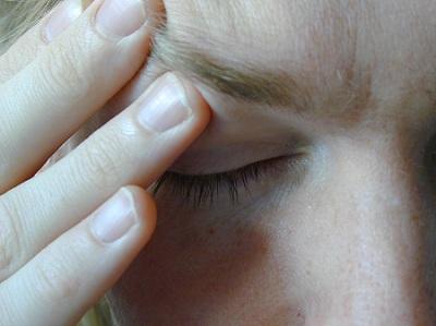 אדם שיש לו כאב ראש